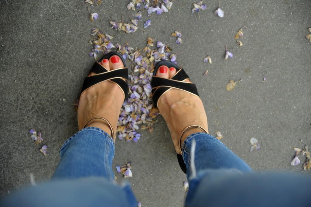 sandale noires et dorées
