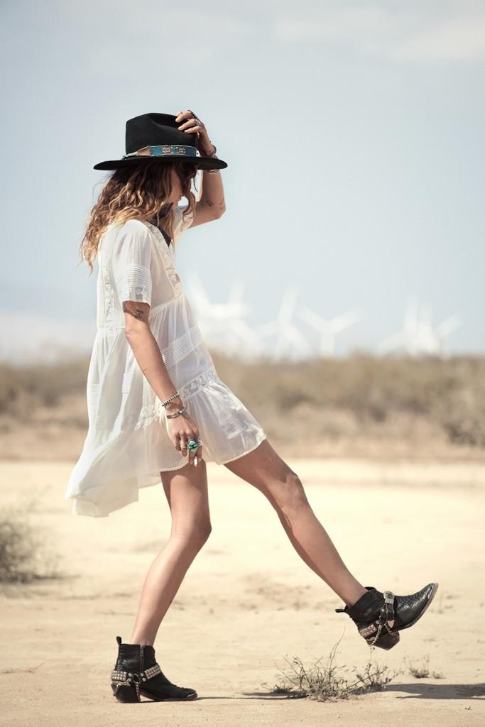 robe blanche brodée chapeau
