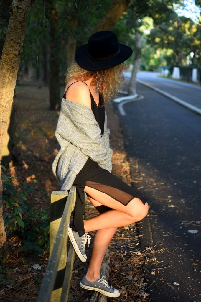 robe-noire-baskets-chapeau