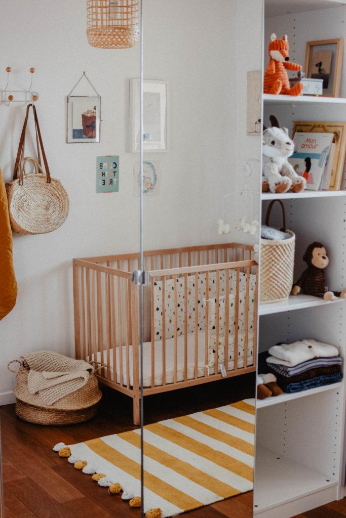 Chambre-bébé-jaune -moutarde-beige-bois