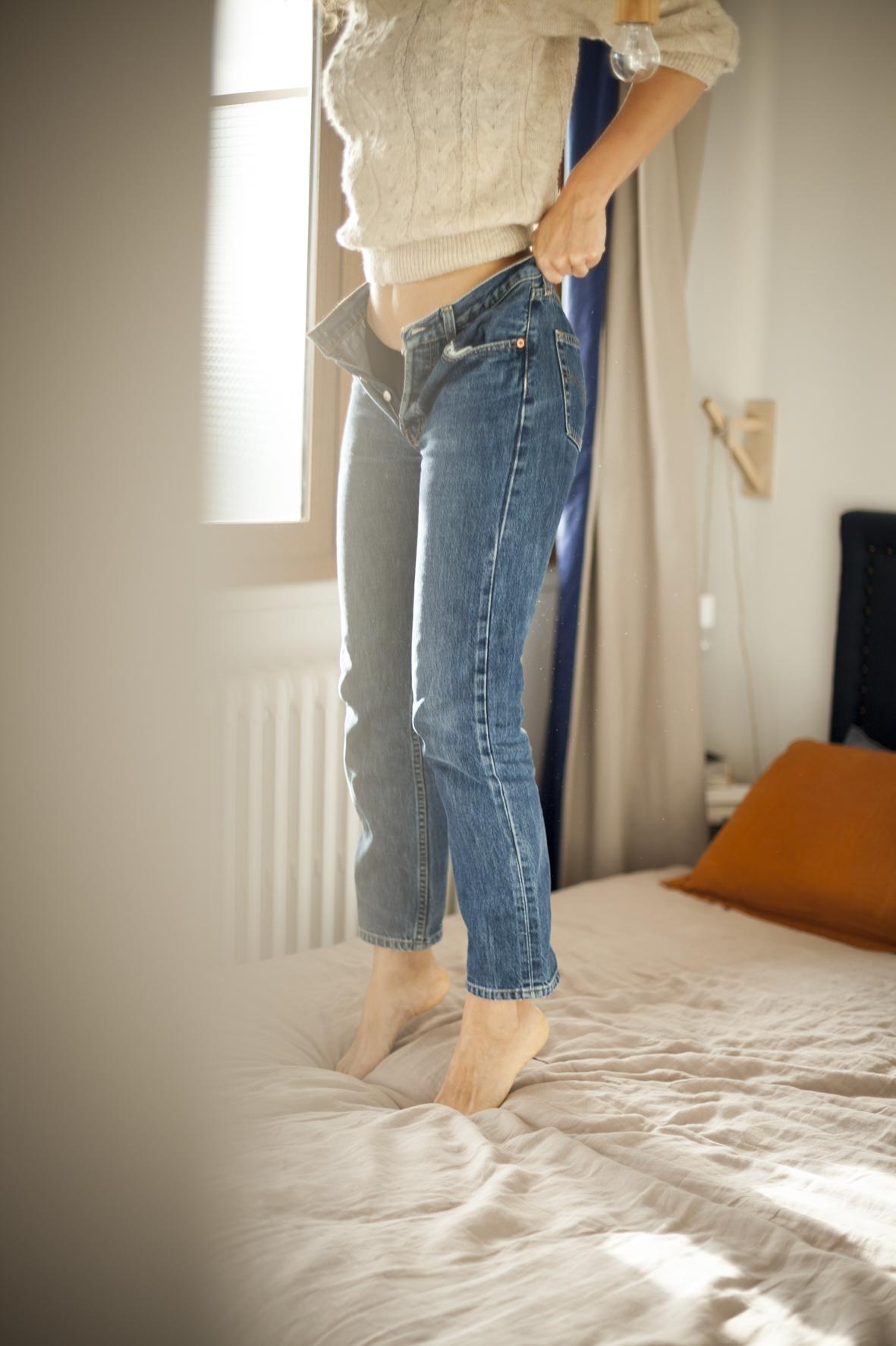 femme-enfilant-jean