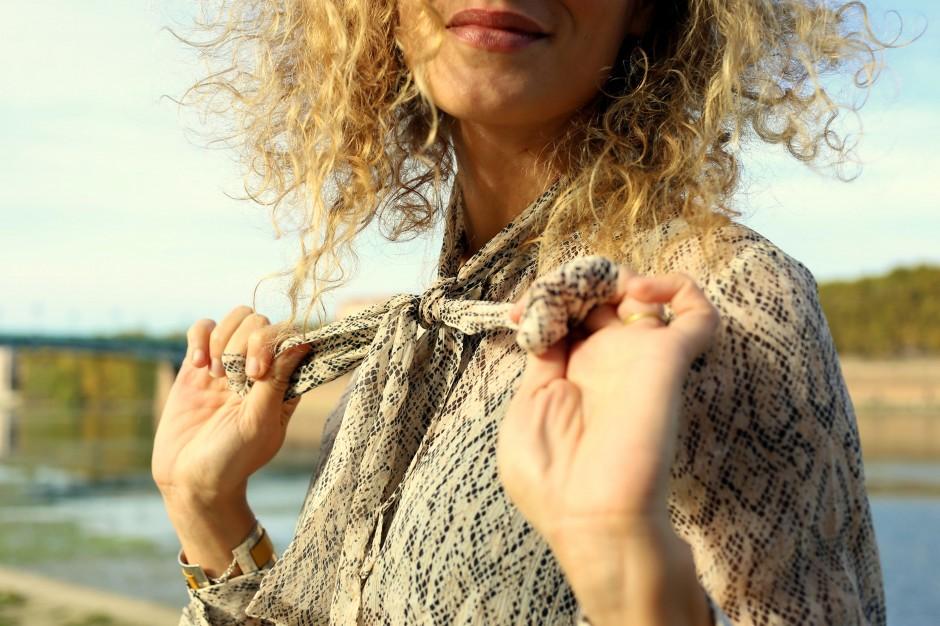 look 70's boho jupe suedine blouse imprimé serpent seventies outfit blog mode fashion blogger